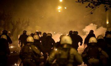Νέες επιθέσεις εναντίον των ΜΑΤ τη νύχτα στα Εξάρχεια