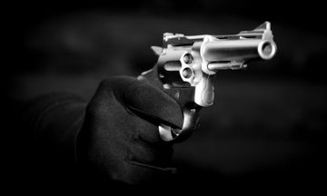 Εισβολή κακοποιών με όπλα σε σπίτι στα Μελίσσια