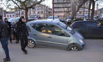Kαλαμάτα: Αυτοκίνητο σφηνώθηκε σε τρύπα! (pics)