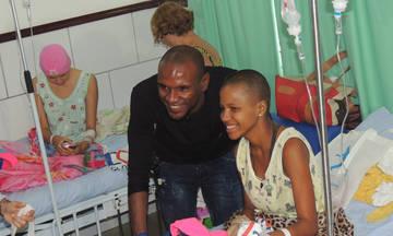 Ο Αμπιντάλ επισκέφθηκε νοσοκομείο με παιδιά που πολεμούν τον καρκίνο
