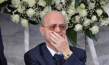 Τραγική φιγούρα ο Θανάσης στην κηδεία του Κ. Γιαννακόπουλου (pic)