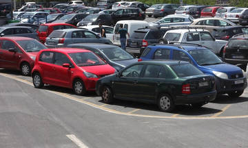 Άνοιξε πάρκινγκ και «κατάπιε» αυτοκίνητα στην Καλλιθέα (pics & vid)