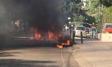 Επεισόδια στο Μαρούσι: Οπαδοί της ΑΕΚ έκαψαν βαν με φίλους του ΠΑΟΚ