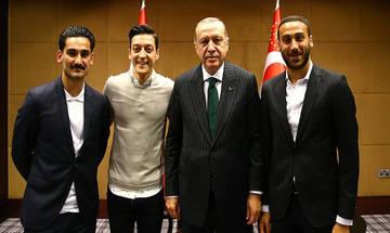"""""""Βράζει"""" η Γερμανία για τη δωρεά των διεθνών στον Ερντογάν"""