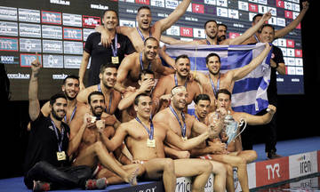 Η απονομή της κούπας στον Ολυμπιακό (vid)