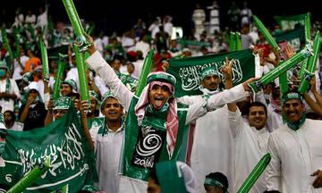 Τραγούδια και χοροί από τους Σαουδάραβες έξω από το Λουζνίκι (vid)