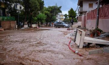Πλημμύρες στη Μάνδρα - Εγκλωβισμένοι οι οδηγοί (vid)
