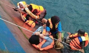 Πανικός σε φέρι-μπόουτ που βυθίζεται στην Ινδονησία (vid)