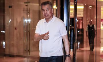 Ο Πιεμπονγκσάντ διστάζει να βάλει το χέρι στην τσέπη...