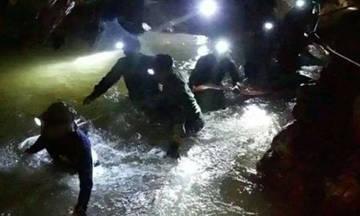 Διασώθηκαν τα δυο πρώτα παιδιά από το σπήλαιο στην Ταϊλάνδη (vid)