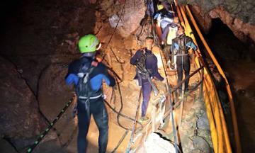 Παγκόσμια συγκίνηση: Βγήκαν όλα τα παιδιά από το σπήλαιο και ο προπονητής
