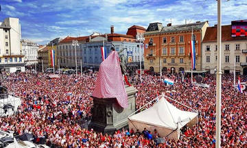 Μια αψίδα από νερό για τους ήρωες της Κροατίας (pics & vid)