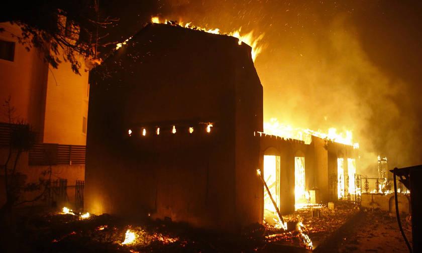 Ο διάλογος του τρόμου: «Μπαμπά, βλέπω τις φλόγες-Κατέβα αμέσως, φύγε από το αμάξι, άστο να καεί...»
