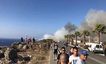 Φωτιά μια «ανάσα» από την πόλη της Ρόδου - Ισχυροί άνεμοι στο νησί