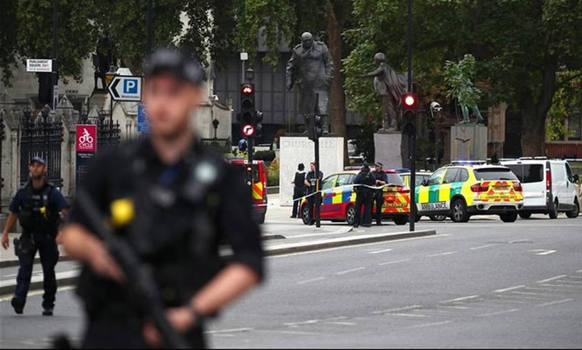 Συναγερμός στην Αγγλία: Αυτοκίνητο έπεσε πάνω στα οδοφράγματα του Κοινοβουλίου
