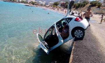 Χαμός σε παραλία της Κρήτης: Αυτοκίνητο έπεσε στη θάλασσα