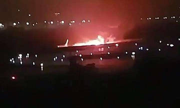 Πετούσαν τα παιδιά τους από το φλεγόμενο αεροπλάνο (vid)