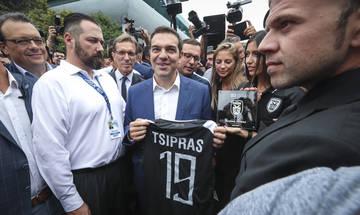 Γιατί ο ΠΑΟΚ έδωσε στον Τσίπρα τη φανέλα με το 19 και στον Αμερικανό Πρέσβη με το 26