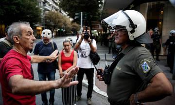 Πεδίο μάχης στο Δημαρχείο Θεσσαλονίκης- Πετροπόλεμος και δακρυγόνα (vid)
