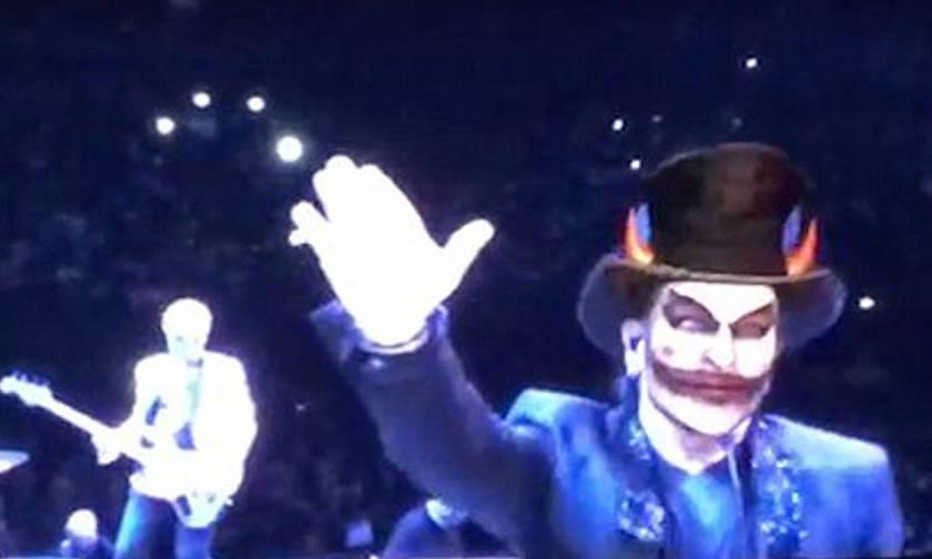 Ο Μπόνο των U2 χαιρέτισε ναζιστικά σε συναυλία στο Παρίσι
