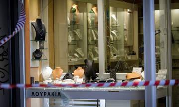 Επίθεση κουκουλοφόρων σε μαγαζιά δίπλα στο κοσμηματοπωλείο, όπου έχασε τη ζωή του ο Ζακ Κωστόπουλος