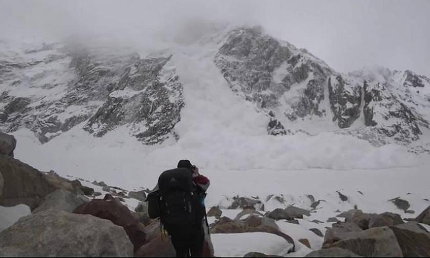 Ορειβάτες κόντεψαν να χάσουν τη ζωή τους για να τραβήξουν βίντεο τη χιονοστιβάδα (vid)
