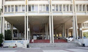 Ένταση στη Φιλοσοφική: Εξωπανεπιστημιακοί επιχειρούν ανακατάληψη του «γραφείου» του Ρουβίκωνα