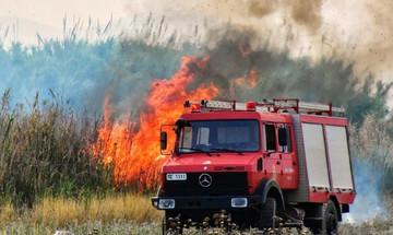 Ενισχύονται οι δυνάμεις πυρόσβεσης στη Σιθωνία
