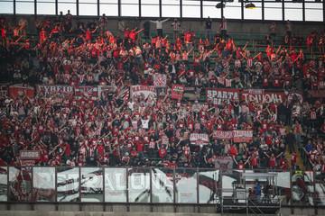 Οι οπαδοί του Ολυμπιακού έκαναν «κόκκινο» το γήπεδο της Ντουντελάνζ (vids)