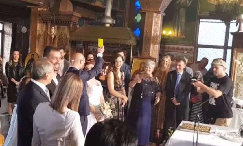 Απίστευτο σκηνικό σε γάμο στην Πάργα: Ο διαιτητής έβγαλε κίτρινη στην νύφη (vid)
