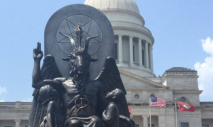 Απίστευτο: Σατανιστές στις ΗΠΑ ζητούν αποζημίωση από το Netflix για άγαλμα του Σατανά!