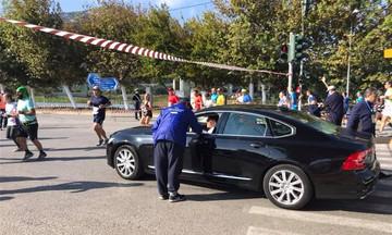 O Ψινάκης ήθελε να περάσει με τη λιμουζίνα του ανάμεσα στους αθλητές του Μαραθωνίου! (pic)