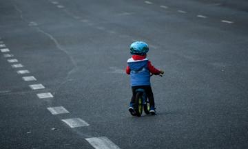 Η φωτογραφία της χρονιάς: Παιδί με ποδήλατο μπροστά στις ρόδες λεωφορείου.. (pic)