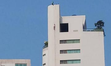 Aποτρόπαιο: Τον βασάνισαν, τον πυροβόλησαν και κρέμασαν το πτώμα του από τον 31ο όροφο (vid)