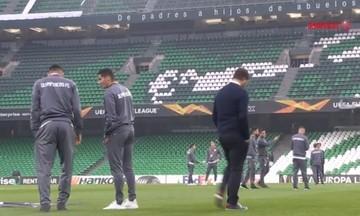 H είσοδος των παικτών του Ολυμπιακού στο γήπεδο της Μπέτις (vid)