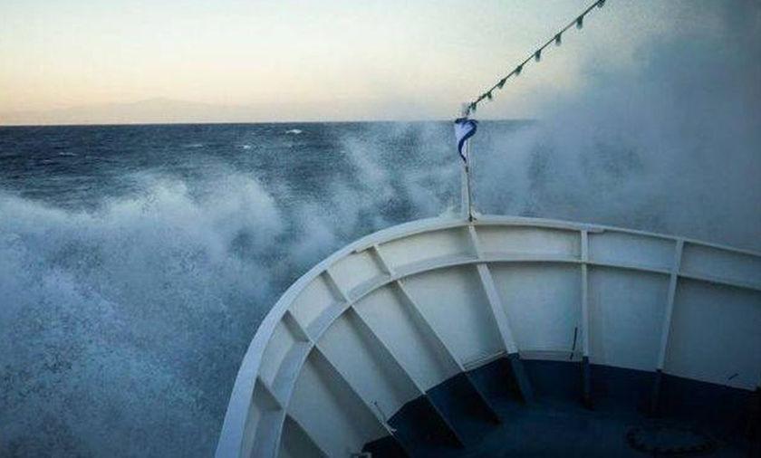 Κύματα σκεπάζουν πλοίο που δίνει μάχη στη φουρτουνιασμένη θάλασσα (Video) -  Fosonline