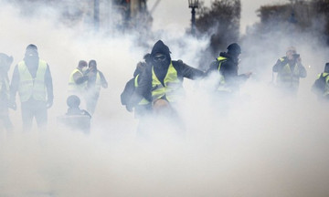 «Πεδίο μάχης» θυμίζει το Παρίσι- Φωτιές, τραυματισμοί και συλλήψεις