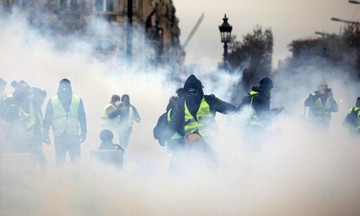 Κίτρινα γιλέκα: Ποιοι και γιατί «καίνε» το Παρίσι και 12 φωτογραφίες που δείχνουν τη δράση τους