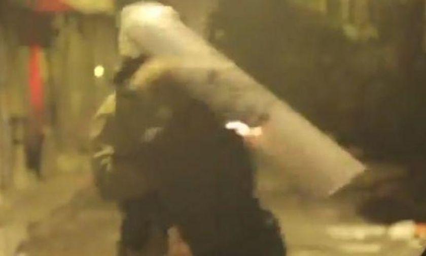 Εξάρχεια: Άνδρας των ΜΑΤ χτυπά με την ασπίδα του το πρόσωπο συλληφθέντα (vid)