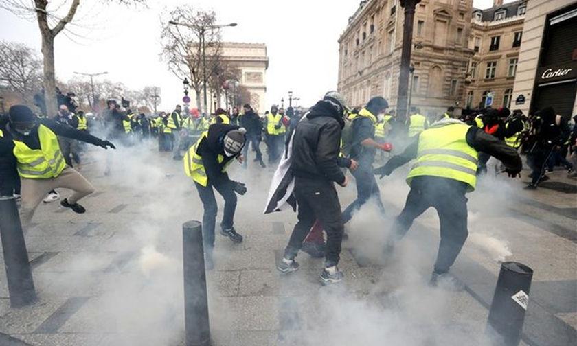 Γέμισαν οι κλούβες στο Παρίσι- Περισσότερες από 400 προσαγωγές (live vid)