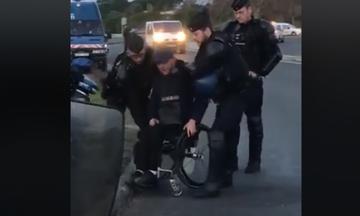 Σκηνές ντροπής: Γάλλοι αστυνομικοί πετούν διαδηλωτή από το αναπηρικό του καροτσάκι (vid)