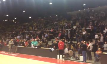 Ρίγη συγκίνησης: Εγκλωβισμένοι θεατές σε γήπεδο του Στρασβούργου τραγουδούν τον εθνικό ύμνο