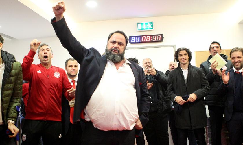 Ολυμπιακός-Μίλαν 3-1: Ο Βαγγέλης Μαρινάκης ένα με τους οπαδούς στο χορτάρι (vid)