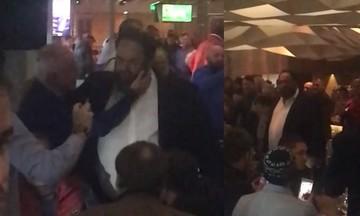 Ώρα 1:30 μετά τα μεσάνυχτα. Ο Μαρινάκης στο εστιατόριο του Καραϊσκάκη και τα φιλιά με τον «Αναστό»