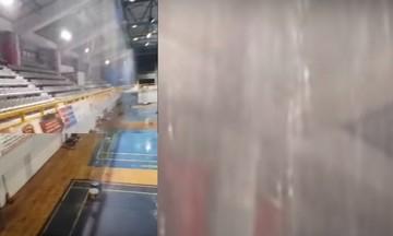 Κλειστό γυμναστήριο μετατράπηκε σε... πισίνα - Έβρεχε και μέσα στη διάρκεια αγώνα (vid)