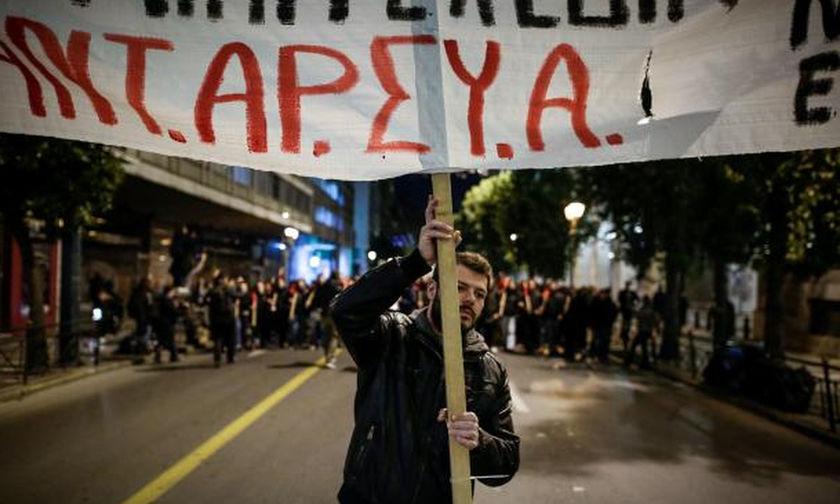 Επεισόδια στο κέντρο: Διαδηλωτές επιχείρησαν να σπάσουν τον αστυνομικό κλοιό - Ξύλο και χημικά