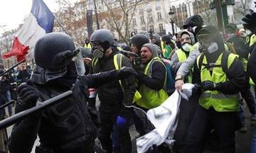 Τρομακτικό: Αστυνομικοί χτυπούν με μανία γυναίκα - διαδηλωτή στη Γαλλία (vid)