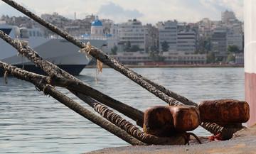 Δεμένα τα πλοία στα λιμάνια της Αττικής - «Λυσσομανά» ο αέρας στο Αιγαίο