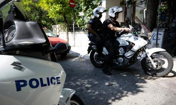 Αστυνομικοί «συνέλαβαν» άλογο στο κέντρο του Πειραιά