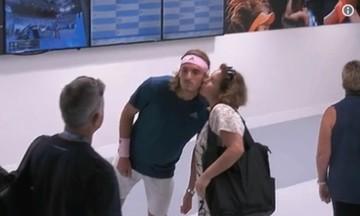 Το φιλί της μαμάς στον Τσιτσιπά πριν από τον αγώνα - Δείτε το (vid)